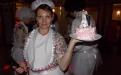 Ведущая помогает молодым со свадебным тортом