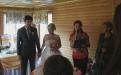Тамада проводит церемонию надела подарками