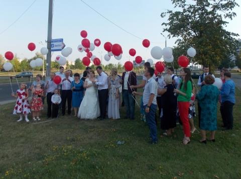 Молодые отпускают шары на свадьбе в Мега
