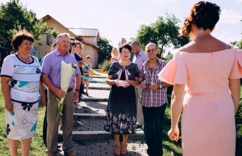Тамада организует встречу жениха и невесты