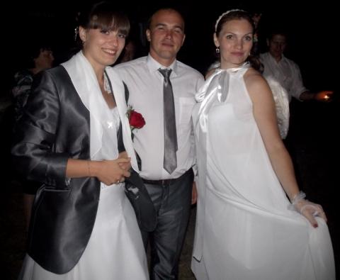 Ведущая проводит свадьбу в деревне