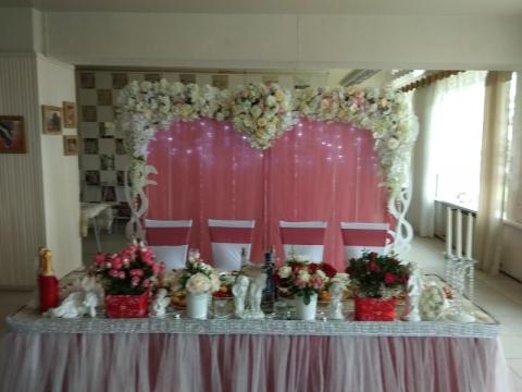 Тамада Ирина проводит свадьбу в столовой