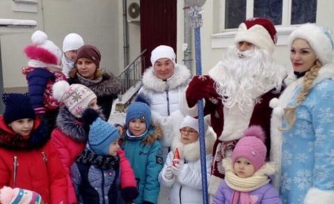 Дед Мороз и Снегурочка в Витебске во дворе дома